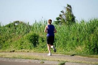 定期的にジョギングをする女性